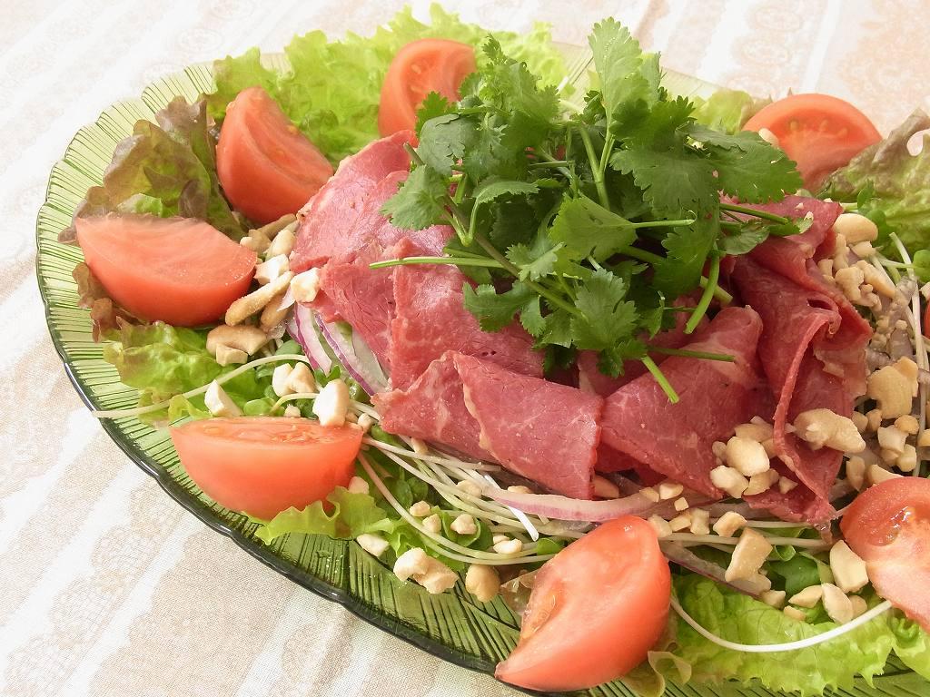 料理写真 - 新鮮野菜と相性ピッタリのサラダ料理 - パストラミビーフのタイ風ハーブサラダ  